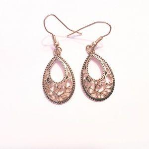 Jewelry - Gold tone open wire tear drop earings. Pre owned
